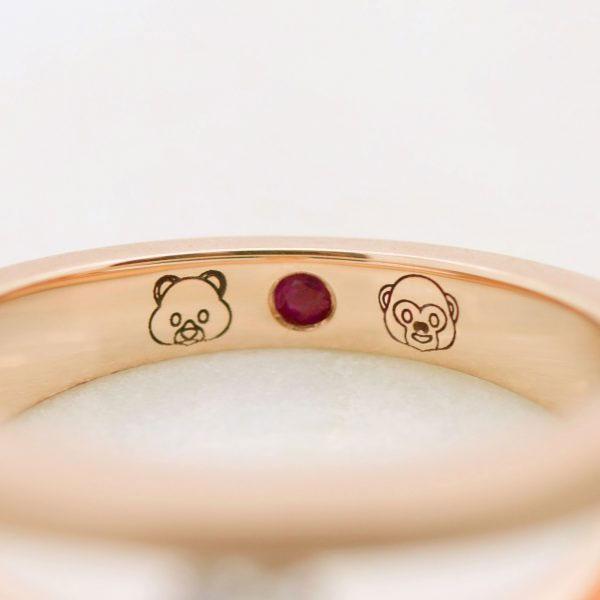 Emojis grabados en el interior de anillo alianza de oro