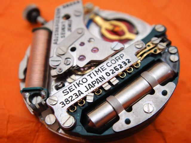 Movimiento de cuarzo de un reloj Seiko abierto.